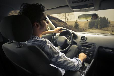 hombre conduciendo: El hombre que conducía un coche  Foto de archivo