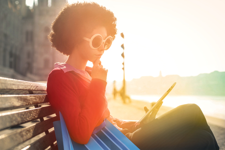 personas leyendo: Retro styled woman sitting on a bench