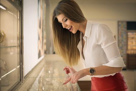 Jonge vrouw kiezen voor een juweel Stockfoto - 50740070