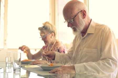 pareja comiendo: pareja mayor de las pastas