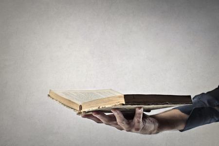 人の手で開いた本
