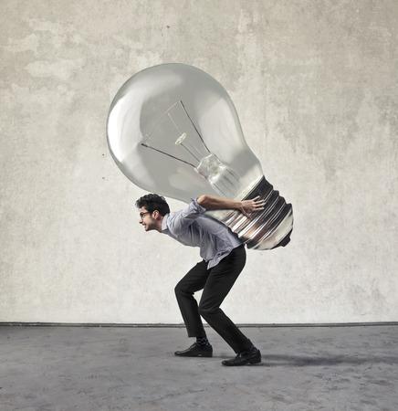Werknemer het dragen van een zware gloeilamp
