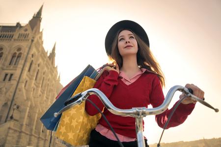 Jeune femme chevauchant un vélo dans la ville Banque d'images