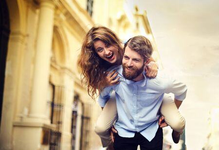 people jumping: feliz pareja haciendo chistes