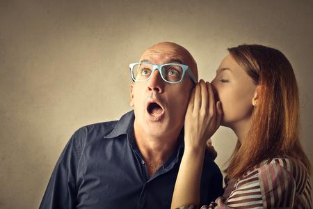 Tiener fluisteren een geheim