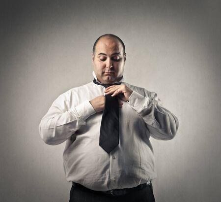 vistiendose: Hombre gordo vestirse