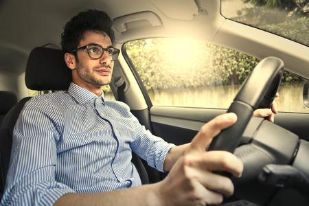 conduciendo: El hombre que conduc�a un coche  Foto de archivo