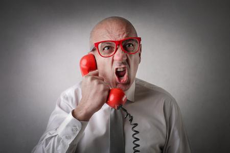uomo rosso: Utilizzando un telefono rosso Archivio Fotografico