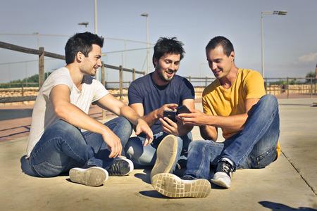 dialogo: Tres hombres que se sientan en el suelo