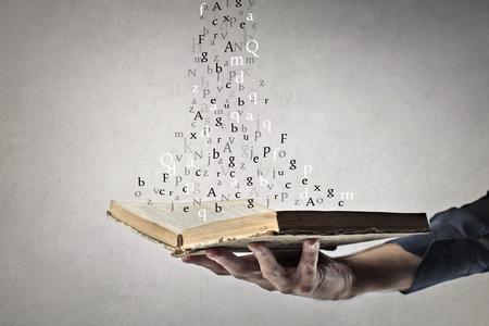 Alfabetletters die uit een boek springen