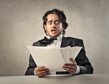 Scared manager patrząc na niektórych dokumentów