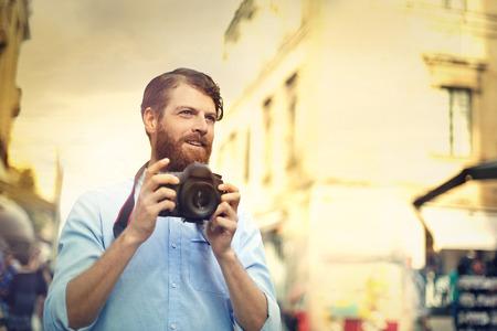 プロのカメラマンがカメラを持って