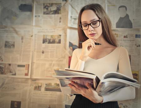 Journalist lezen van tijdschriften