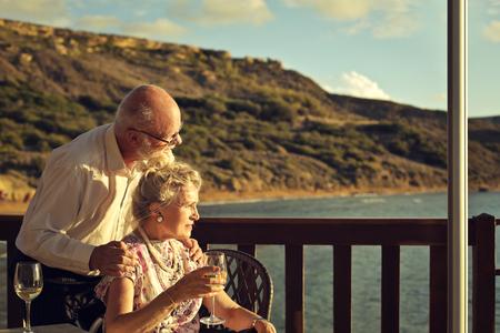 Bejaarde echtpaar aan de kust