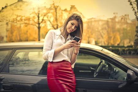Heureuse femme envoyant un message texte Banque d'images
