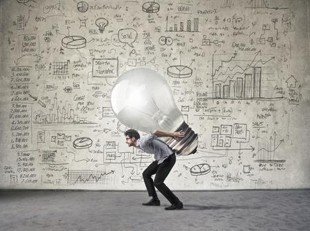 El hombre de negocios que lleva una idea pesada