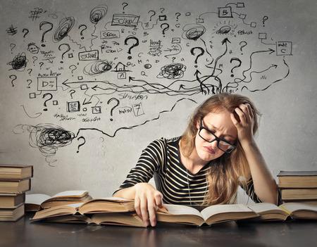 confundido: Estudiante desesperado tratando de recordar algo Foto de archivo