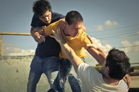 Drie mannen in een gevecht