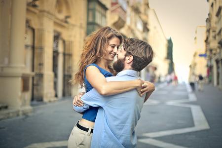 couple  amoureux: Dans l'amour homme soulevant la petite amie salut dans une �treinte Banque d'images