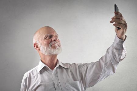 Hombre de edad haciendo un selfie