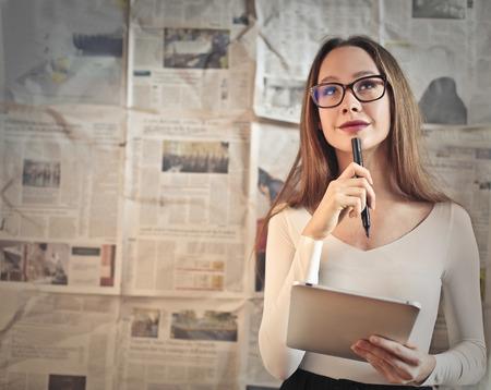 Młoda dziennikarka myślenie Zdjęcie Seryjne