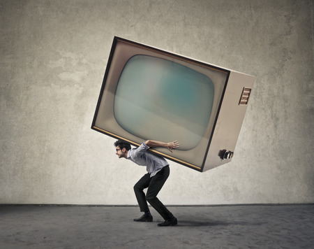 Man met een gigantische tv-toestel