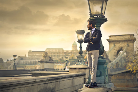 Elegante zakenman staande Stockfoto