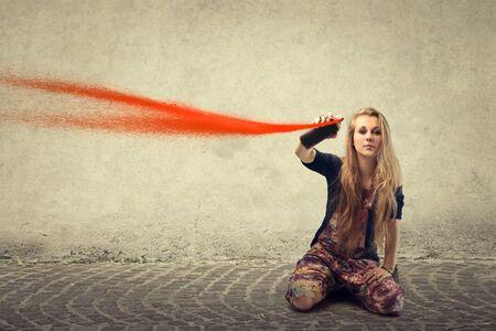 pulverizador: adolescente rubia que usa la pintura roja