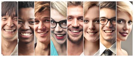 Uśmiechnięci ludzie z różnych krajów