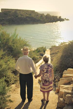 mujeres de espalda: Pareja de ancianos en la playa