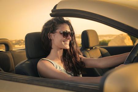 Happy vrouw het besturen van een auto Stockfoto