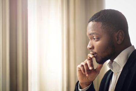 persona triste: El hombre de negocios pensando en algo