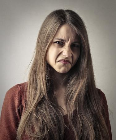 desprecio: Retrato de la muchacha de disgusto