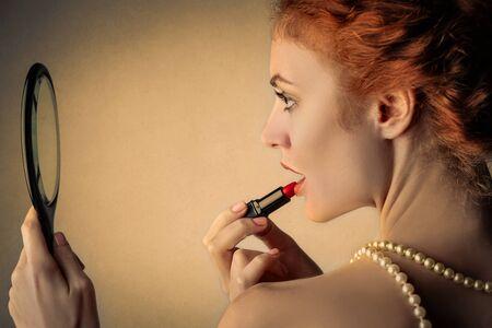 mujer elegante: Mujer elegante con el lápiz labial rojo Foto de archivo