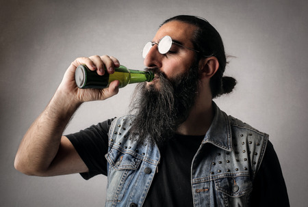uncork: Bearded man drinking a beer