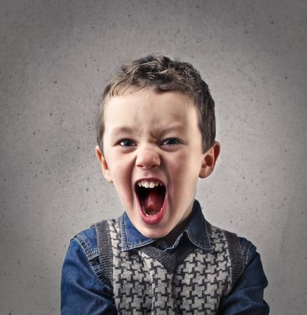 enfado: el retrato de niño alegre