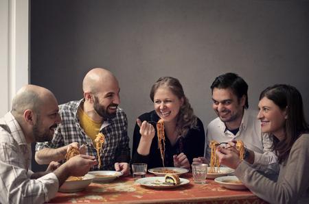 hombre calvo: Amigos que comen junto Foto de archivo