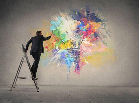 Geschäftsmann Malerei eine Glühbirne