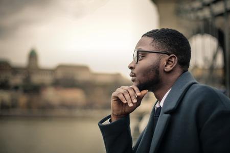 Hombre de negocios pensando en el aire abierto Foto de archivo