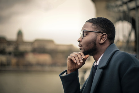 Homme d'affaires penser à l'air libre Banque d'images