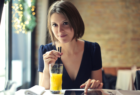 tomando jugo: Beber jugo de naranja