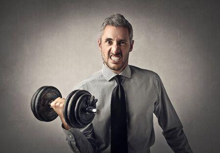 levantando pesas: pesos de elevación del hombre de negocios Foto de archivo
