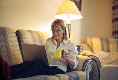 señora mayor: Mujer en su sala de estar