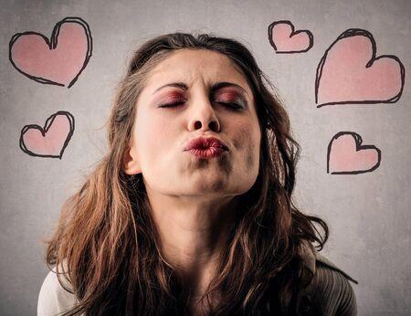 donna innamorata: In amore donna baciare Archivio Fotografico