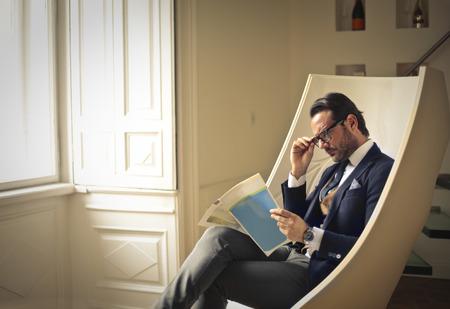 Businessman reading a document Banque d'images