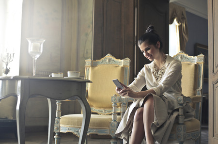 donna ricca: Donna ricca rispondere al telefono Archivio Fotografico