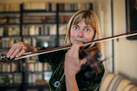 persona de la tercera edad: Violinista tocando el instrumento Foto de archivo