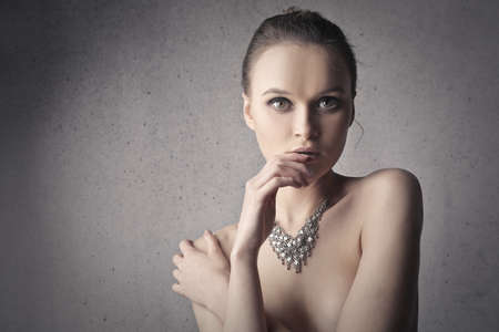 girls naked: Красивая женщина, носить ожерелье Фото со стока