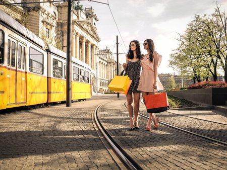 chicas de compras: niñas con bolsas de la compra