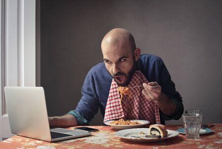 hombre comiendo: antropófaga codiciosos